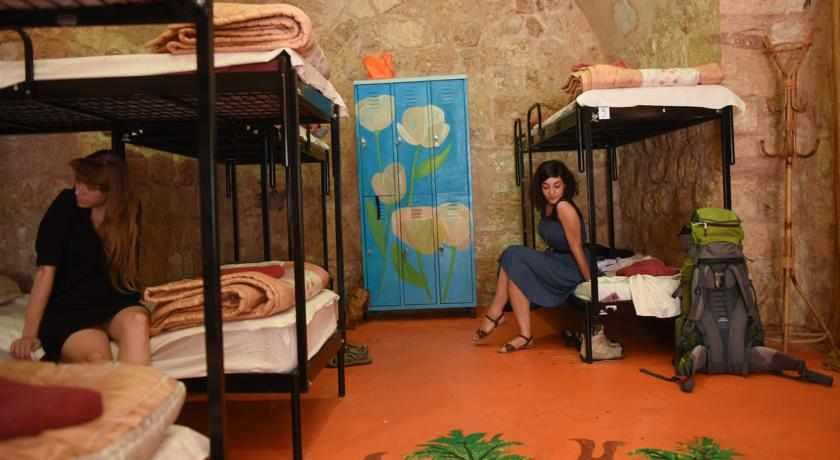 חדרים משותפים אכסניית פאוזי עאזר