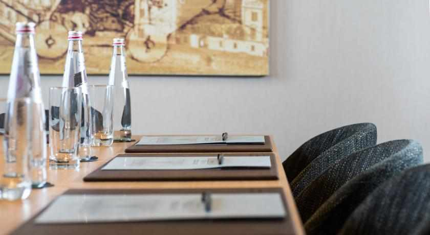 חדר ישיבות מלון לאונרדו בוטיק חובות