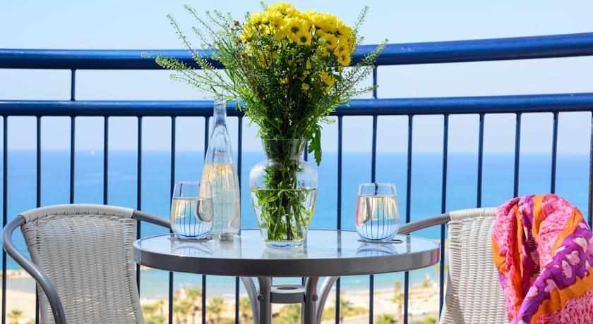 מרפסת לים מלון לאונרדו באשקלון