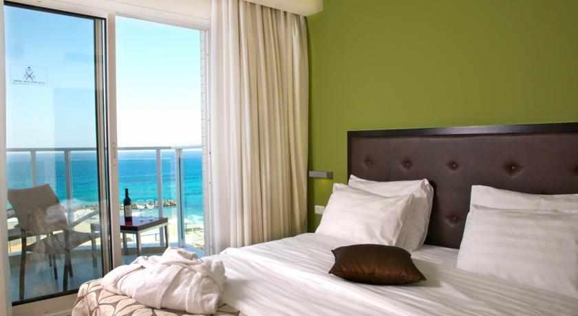 חדר עם מרפסת לים מלון מדיסון נהריה