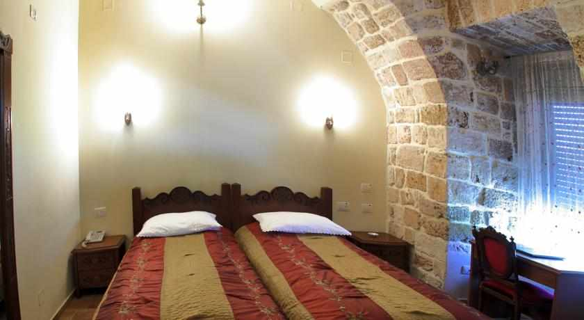 מיטה זוגית מלון עכוטל