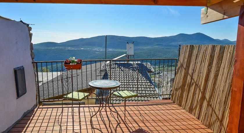 מרפסת נוף להרים מלון אבני חושן בצפת