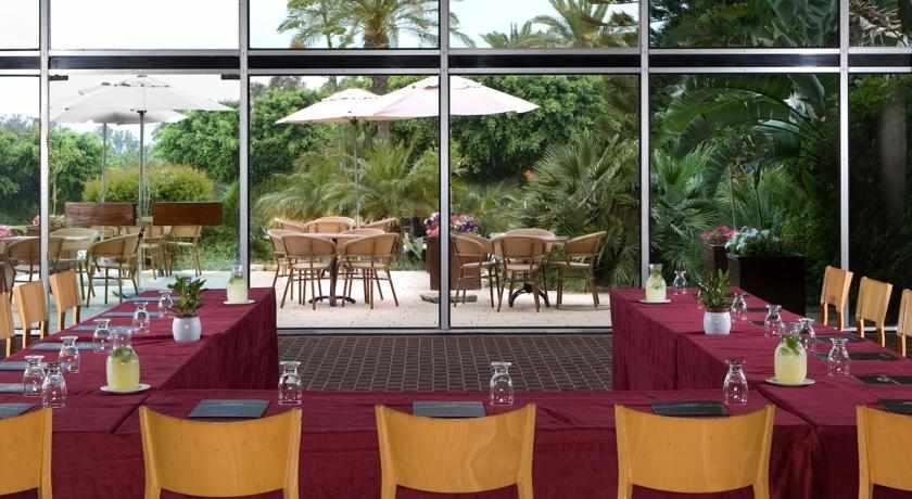 חדר ישיבות מלון דן קיסריה