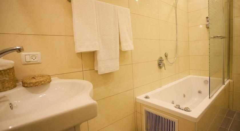 מקלחת מלון אליש בבת ים