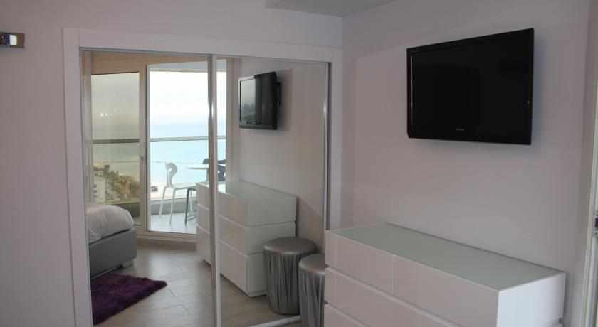 חדר עם מרפסת דירת נופש אזורי ים