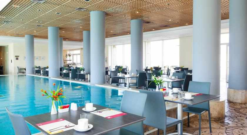 ארוחת בוקר בבריכה לאורנדו סוויט