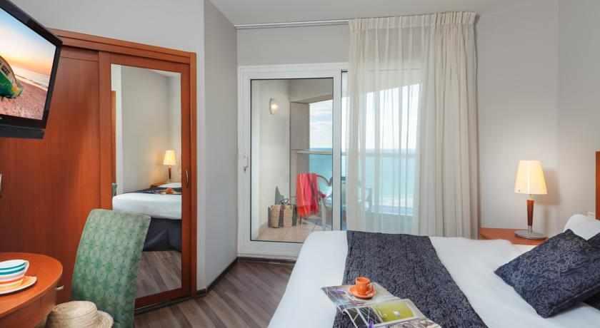 חדר עם מרפסת מלון לאונרדו סוויט