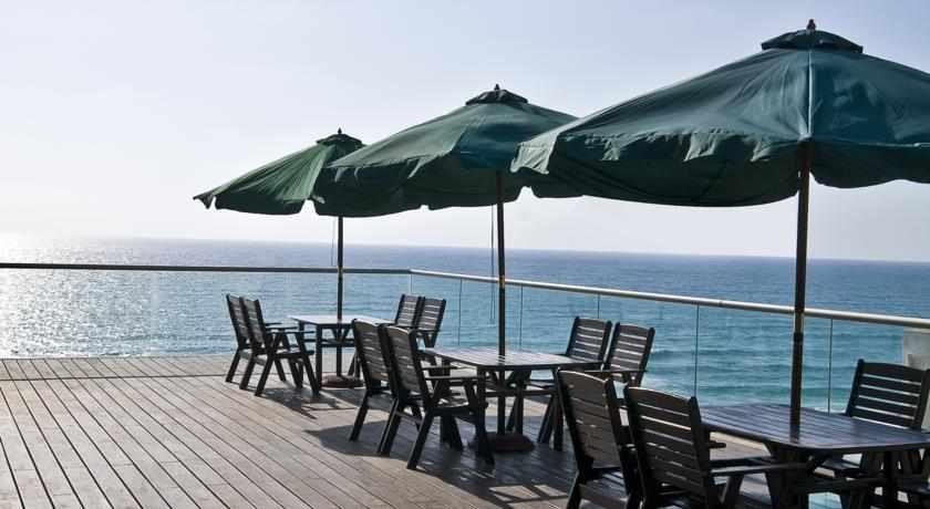 מרפסת לים מלון לאונרדו סוויט בבת ים