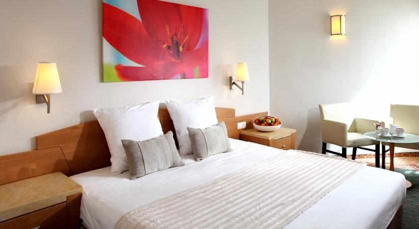 מיטה זוגית מלון רימונים חוף התמרים