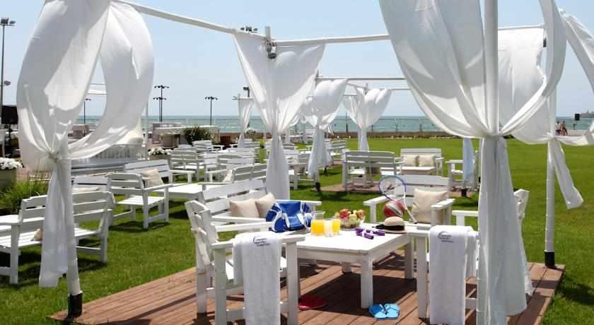 פינות ישיבה וזולה במלון רימונים חוף התמרים