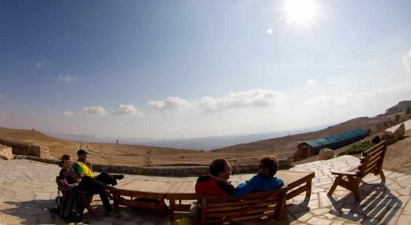 מרפסת ישיבה חוות צל מדבר מצפה רמון