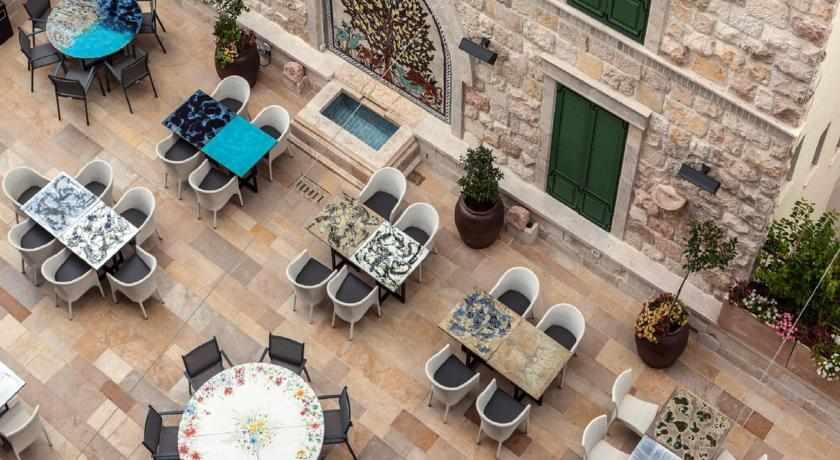 חצר ישיבה מלון לגאסי נצרת