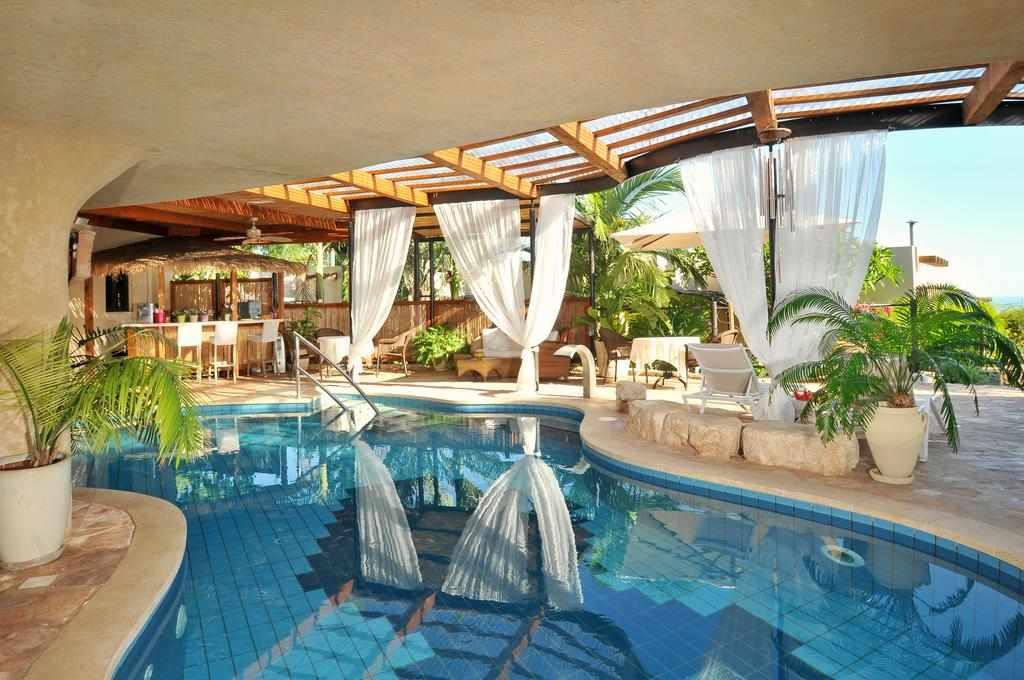 בריכת שחייה במלון כנען וילאג' בחד נס