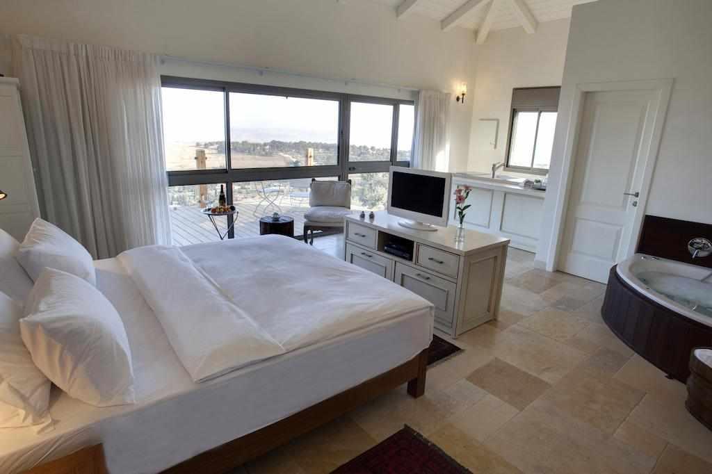 חדר עם ג'קוזי ומרפסת מלון תמרין